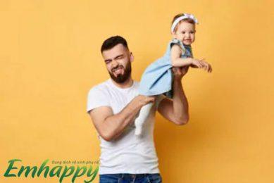 Bộ phận sinh dục bé gái có mùi hôi? Nguyên nhân & cách trị